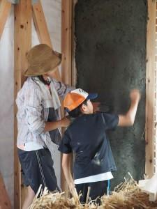 ストローベイルハウスをつくろう!わら積み・土塗りワークショップ